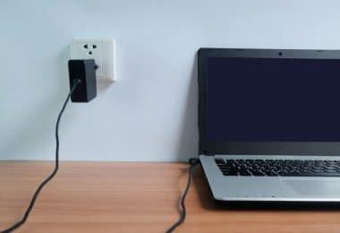 Faut-il laisser la batterie lorsque le PC portable est sur secteur